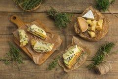 健康三明治用鲕梨、乳酪和草本 在木bac 免版税图库摄影