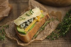 健康三明治用鲕梨、乳酪和草本 在木bac 库存照片
