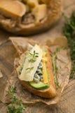 健康三明治用鲕梨、乳酪和草本 在木bac 免版税库存照片
