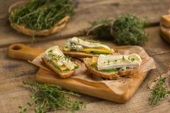 健康三明治用鲕梨、乳酪和草本 在木bac 免版税库存图片
