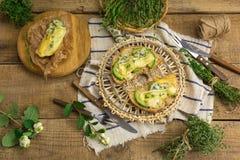 健康三明治用鲕梨、乳酪和草本 在木bac 图库摄影