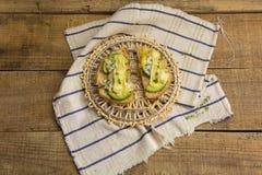 健康三明治用鲕梨和乳酪在木背景 免版税库存照片
