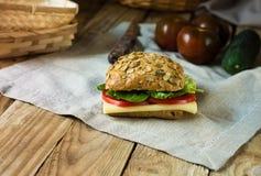 健康三明治用乳酪在一块亚麻制毛巾的蕃茄莴苣在土气样式 库存照片