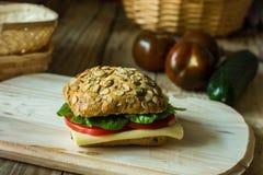 健康三明治用乳酪在木切板的蕃茄莴苣 库存图片