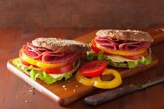 健康三明治用蒜味咸腊肠蕃茄胡椒和莴苣 库存照片