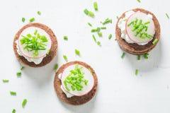 健康三明治用裸麦粉粗面包面包、香葱和酸奶干酪 免版税库存图片