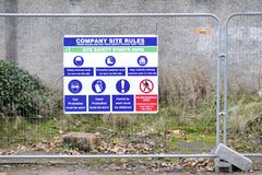 健康与安全在建筑建筑工地的工作地点标志 库存图片