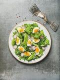 健康与菜、豌豆和煮沸的鸡蛋的春天蔬菜沙拉 免版税库存图片