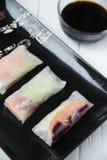 健康与菜、鱼和米线的快餐亚洲春卷 免版税库存图片