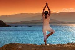 健康中部变老了做健身的妇女舒展户外 免版税库存图片