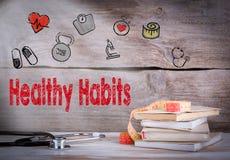 健康习性概念 堆书和一个听诊器在木背景 库存图片