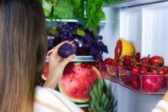 健康五颜六色的夏天蔬菜和水果 免版税图库摄影