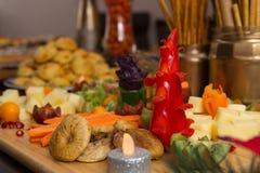 健康五颜六色的开胃菜党盛肉盘 免版税库存图片
