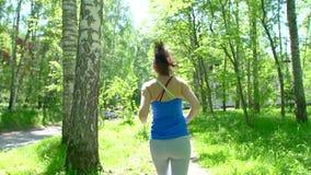 健康体育少妇奔跑和神色佩带巧妙的手表设备 准备年轻运动的妇女跑步,开始锻炼 影视素材