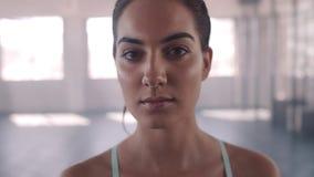 健康俱乐部的健身妇女 股票录像