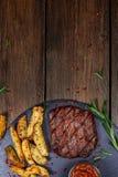 健康倾斜烤媒介罕见的牛排 免版税库存照片
