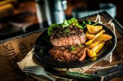 健康倾斜烤牛排和菜 免版税库存图片