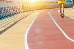 健康假期生活方式 在运动员跑的年轻健身妇女 库存图片