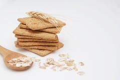 健康健身概念 整粒薄脆饼干或饼干或者快餐与木匙子和燕麦Isoalted在白色与 免版税图库摄影