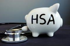 健康储蓄帐户在存钱罐写了 免版税库存图片