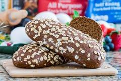 健康全麦面包,在大理石桌上 免版税图库摄影