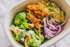 健康办公室午餐盒用mized菜沙拉 免版税库存照片
