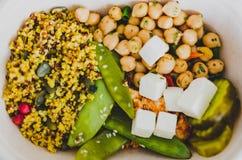 健康办公室午餐盒用mized菜沙拉 免版税库存图片