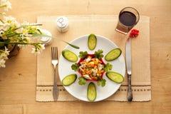 健康午餐用菜鸡丁沙拉和新鲜的汁液 库存图片