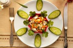 健康午餐用菜鸡丁沙拉和新鲜的汁液 免版税图库摄影