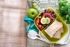 健康午餐盒用五谷面包和淡水喝瓶 库存图片