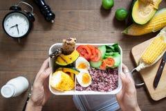 健康午餐盒顶上的看法用米莓果,煮沸的鸡蛋 免版税库存图片