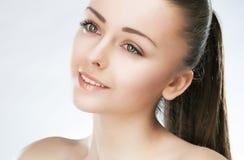健康可爱的秀丽的女孩做自然皮肤 库存照片