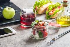 健康吃午餐的在工作 库存图片