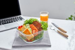 健康吃午餐的能工作 食物在办公室 免版税库存图片