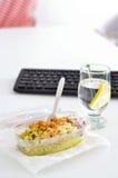健康吃午餐的能工作 食物在办公室 免版税库存照片