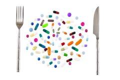 健康吃概念、疗程用不同的类型和颜色 片剂和pils 银色叉子和刀子 库存照片
