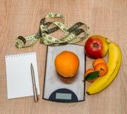 健康吃概念,减重用在木桌上的果子,空白 库存照片