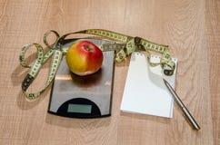 健康吃概念,减重用在木桌上的果子 免版税库存照片