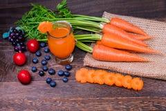 健康吃的和节食的概念,新鲜的红萝卜 免版税图库摄影