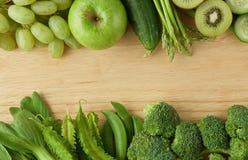 健康吃背景 各种各样绿色水果和蔬菜 免版税库存照片