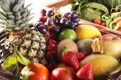 健康吃背景 食物摄影不同的水果和蔬菜隔绝了白色背景 免版税库存照片