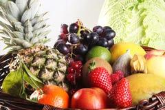 健康吃背景 食物摄影不同的水果和蔬菜隔绝了白色背景 免版税库存图片