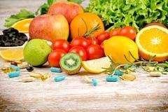 健康吃饮食和健康生活方式用新有机果子、菜和补充 库存图片