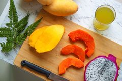 异乎寻常的热带水果的分类,顶视图 新鲜食品背景 健康吃,素食主义者和 图库摄影