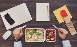 健康吃-工作午餐顶视图 免版税库存照片