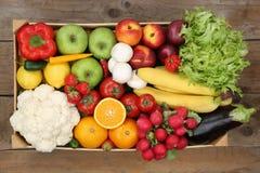 健康吃水果和蔬菜在箱子从上面 免版税库存图片