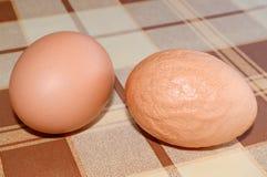 健康和不健康的鸡蛋 库存图片