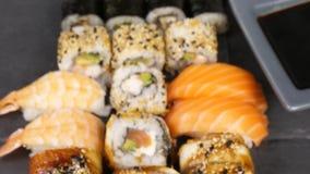 健康和可口寿司卷的品种混合 股票视频