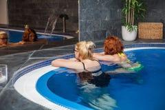 健康和温泉游泳池的妇女 免版税库存图片