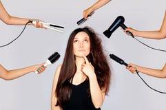 健康和秀丽 得到秀丽和发型在同一时间的少妇用做不同的工作的手 损坏的头发lo 库存照片